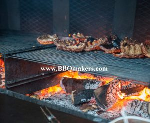 Ons barbecue rooster op een parilla grill
